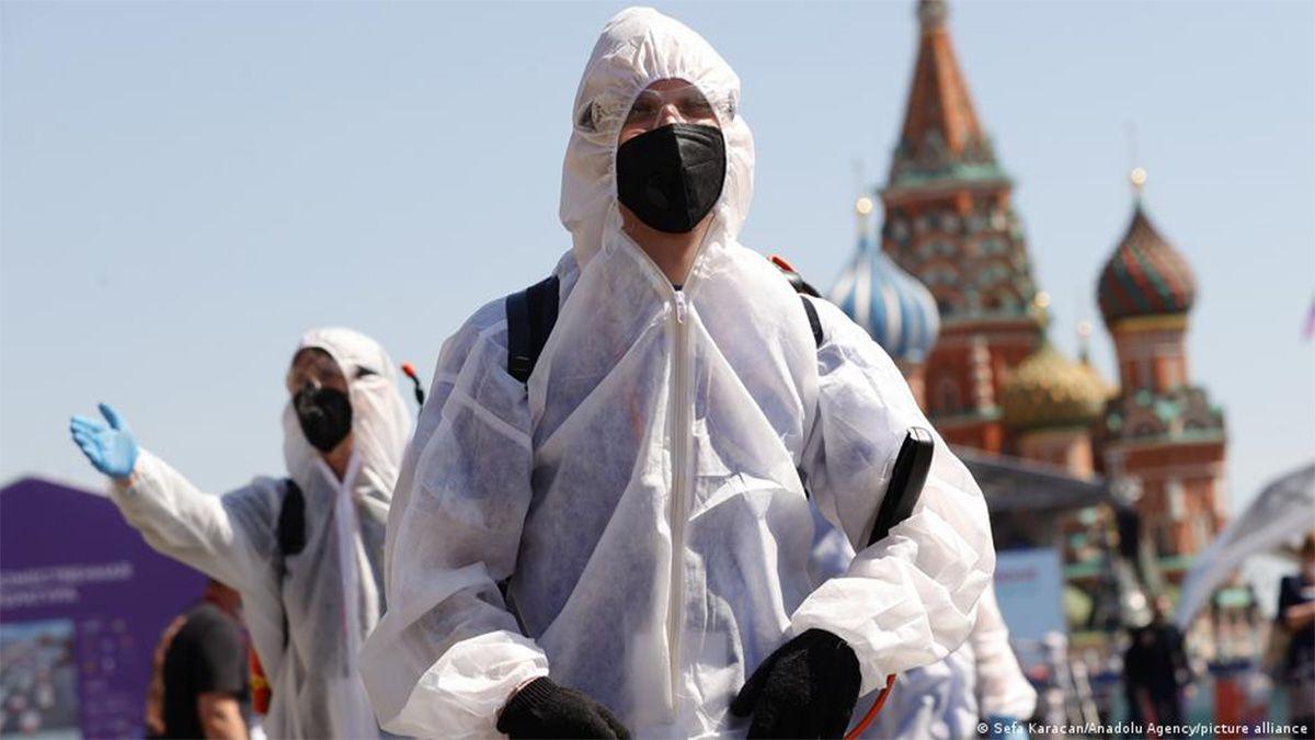 Maksiutov subrayó que las vacunas siguen siendo eficaces incluso para las nuevas variantes de la Covid-19.