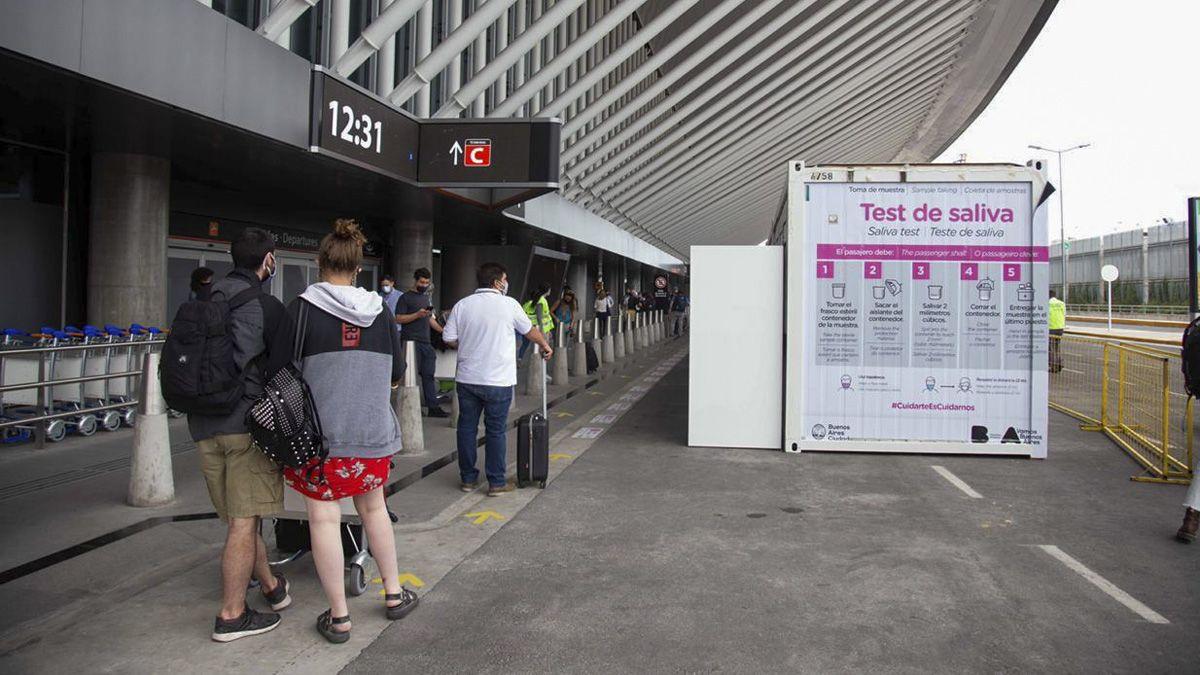 La empresa que realiza los testeos en el aeropuerto de Ezeiza suma varias denuncias.