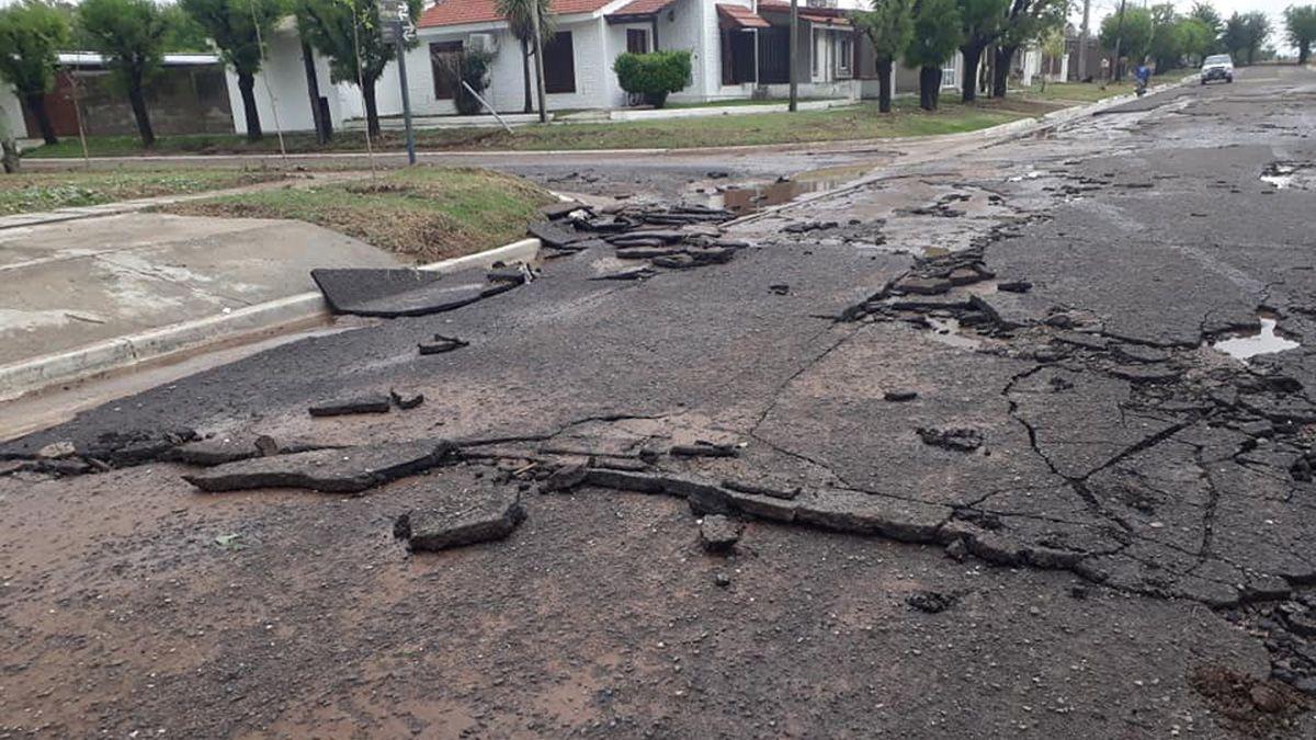 El asfalto se vio afectado por el anegamiento total de las calles en Bulnes