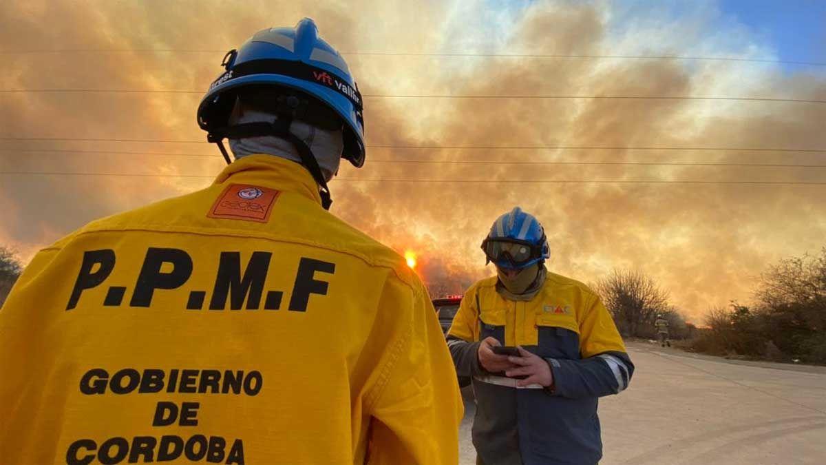 Bomberos y personal del Etac trabajaban para combatir las llamas.