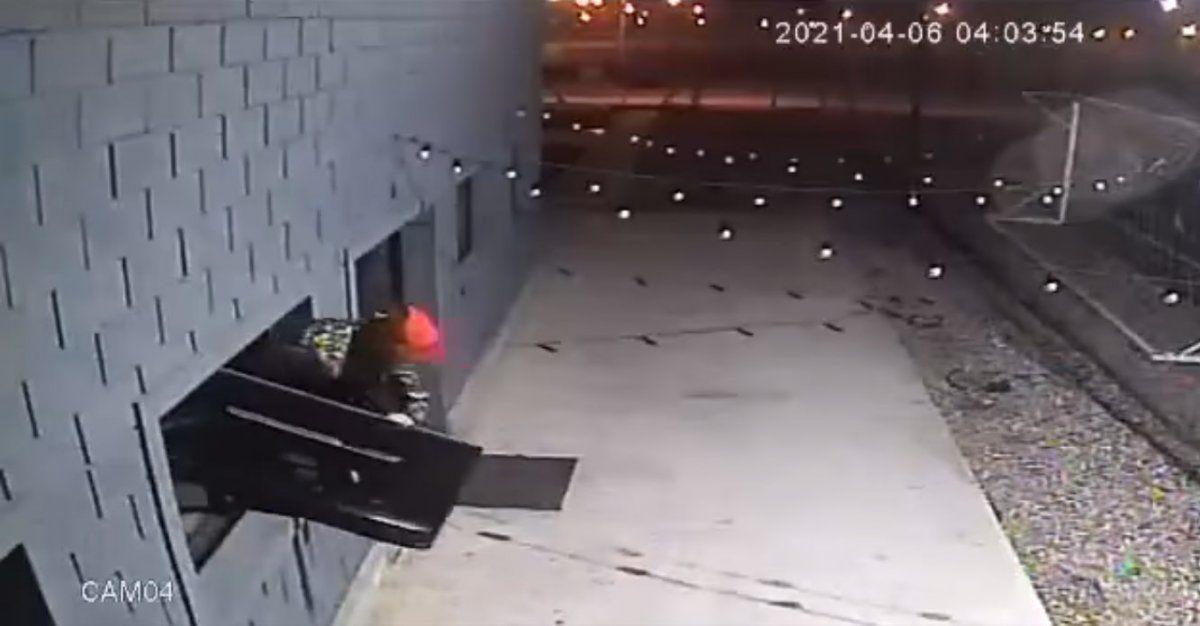 Robaron dos televisores y quedaron registrados por las cámaras de seguridad