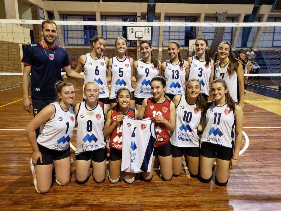 El profesor Martín Luna y el equipo femenino Sub-15 de Trinitarios del 2019.