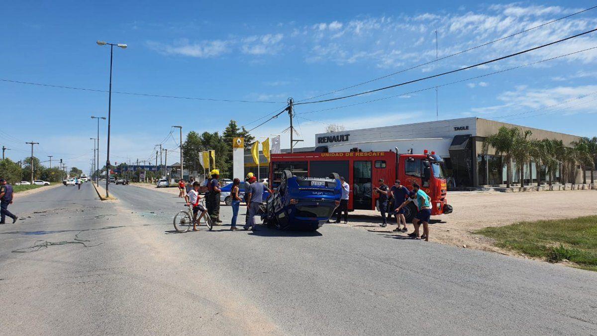 El ocupante del auto que volcó fue trasladado al Hospital Regional Pasteur; aún se desconocen las causas del impacto.
