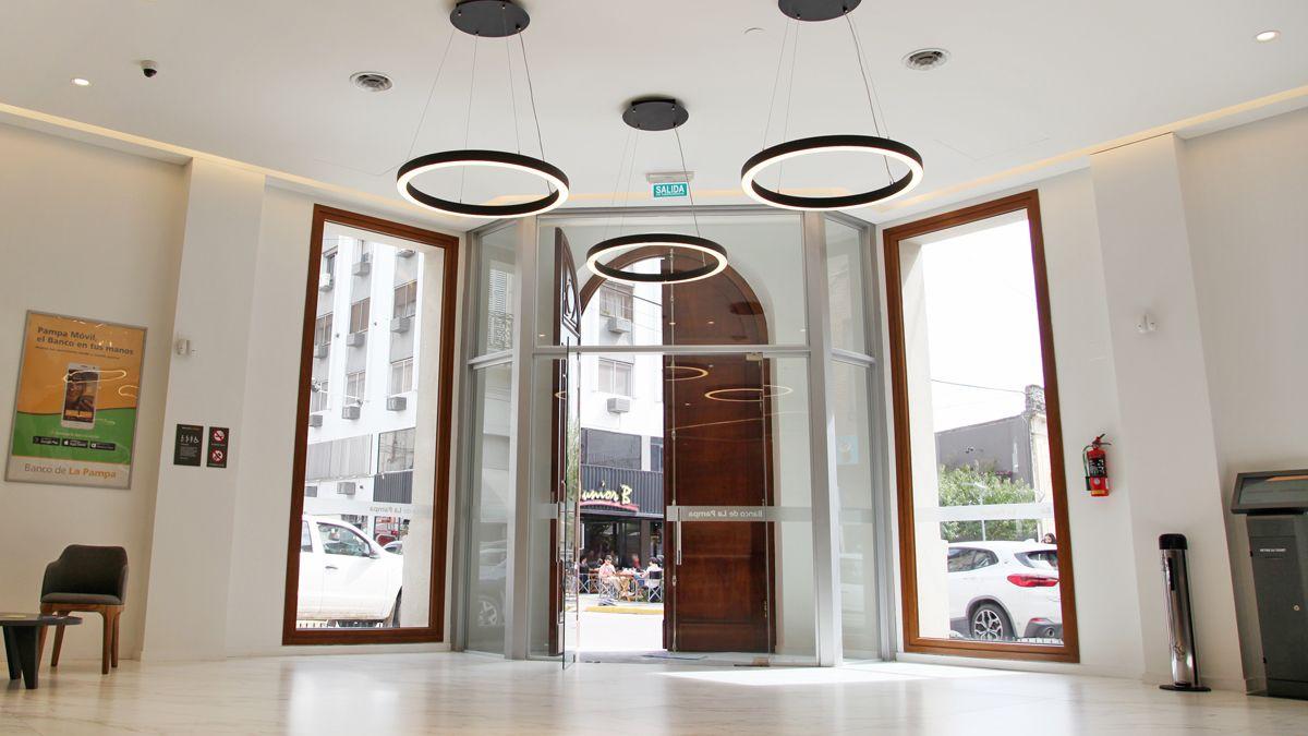 El ingreso en la ochava muestra el contraste entre el moderno interior y la recuperación de la fachada y la puerta.