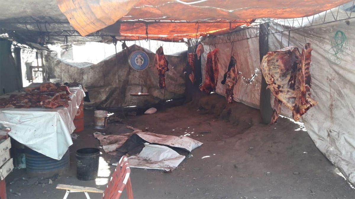 En el domicilio del detenido encontraron carne y material relacionado con el faenamiento clandestino.