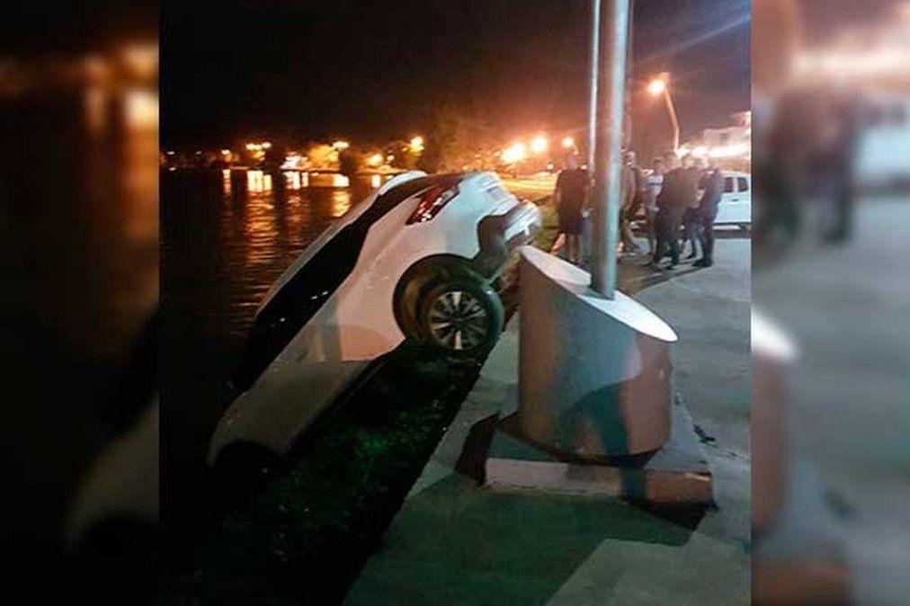 La camioneta cayó de punta a la vera del río Ctalamochita. Se habrían olvidado de poner el freno de mano.