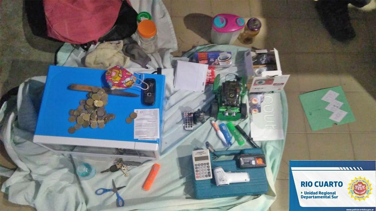 Los elementos secuestrados en el procedimiento tras el robo a una escuela.