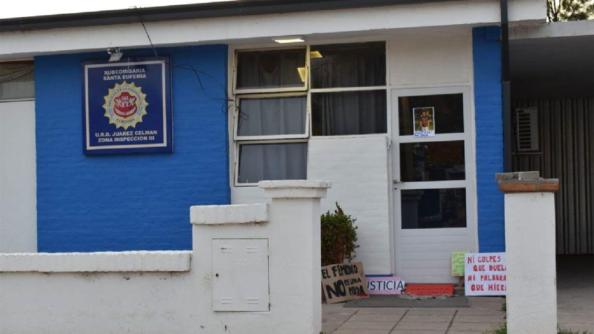 El accionar de la Policía de Santa Eufemia está en la mira de la Justicia. En la comisaría los vecinos dejaron carteles con reclamos.