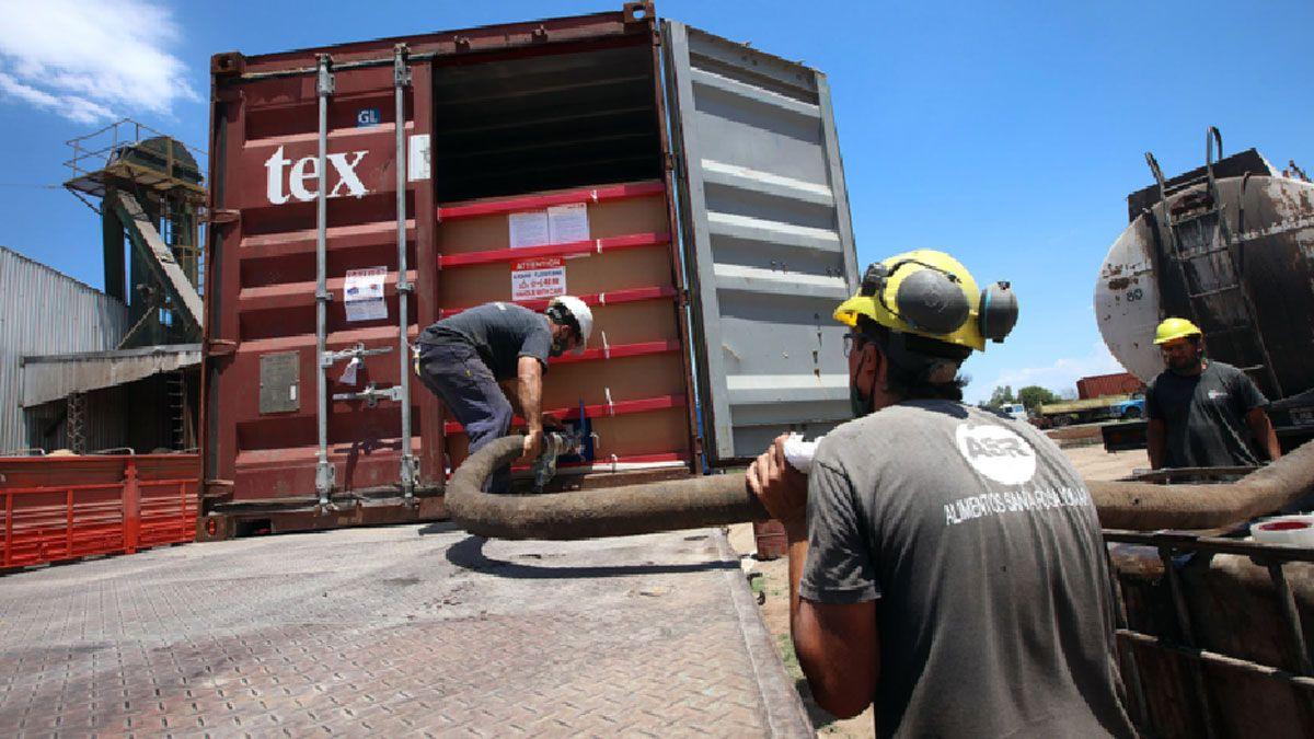 Los operarios de Alimentos Santa Rosa cargando uno de los contenedores con Flexitank