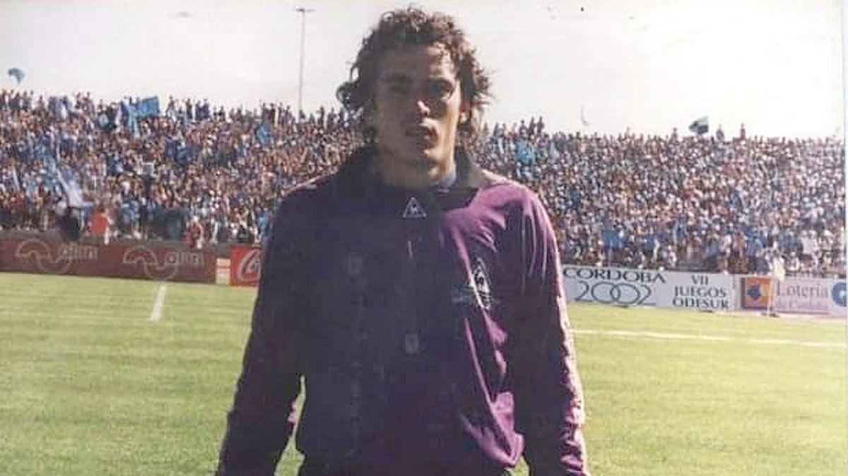 Víctor Sieracky posa con la tribuna de Belgrano explotada de gente en el Mario Kempes