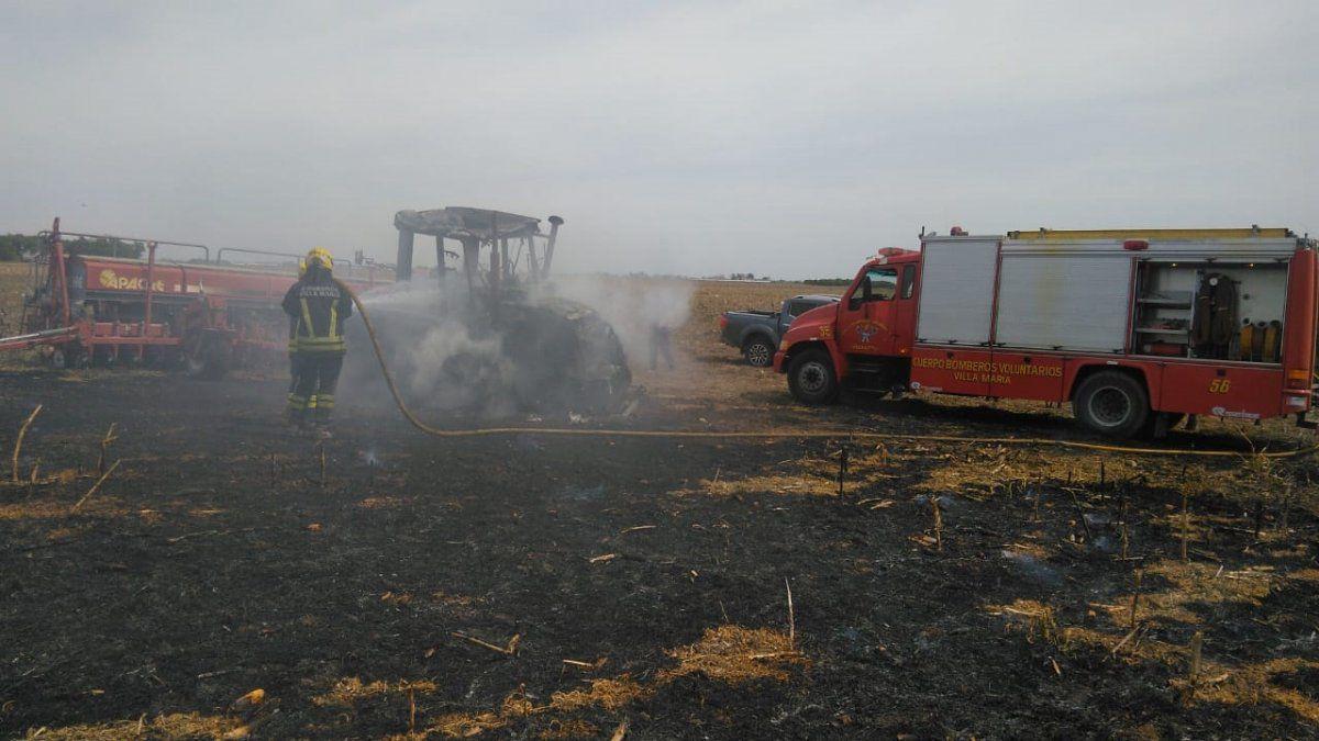 Ardió un tractor en zona rural: el fuego se inició en el motor
