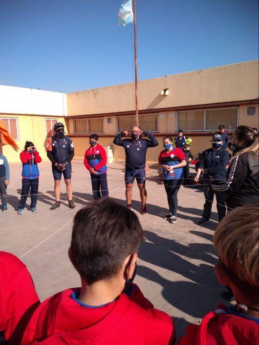 Ciclistas haciendo juegos de cooperación con los estudiantes de la escuela.