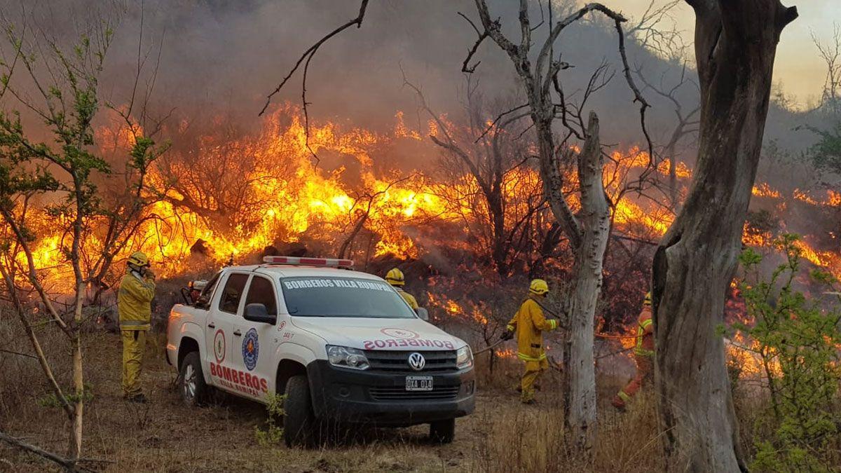 Personal de Bomberos Voluntarios continúan trabajando para combatir el frente de incendio más complicado
