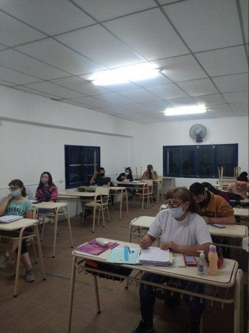 """La imagen pertenece al tercer año """"A"""" del CENMA MAO Villa María en clases respetando los protocolos de bioseguridad."""