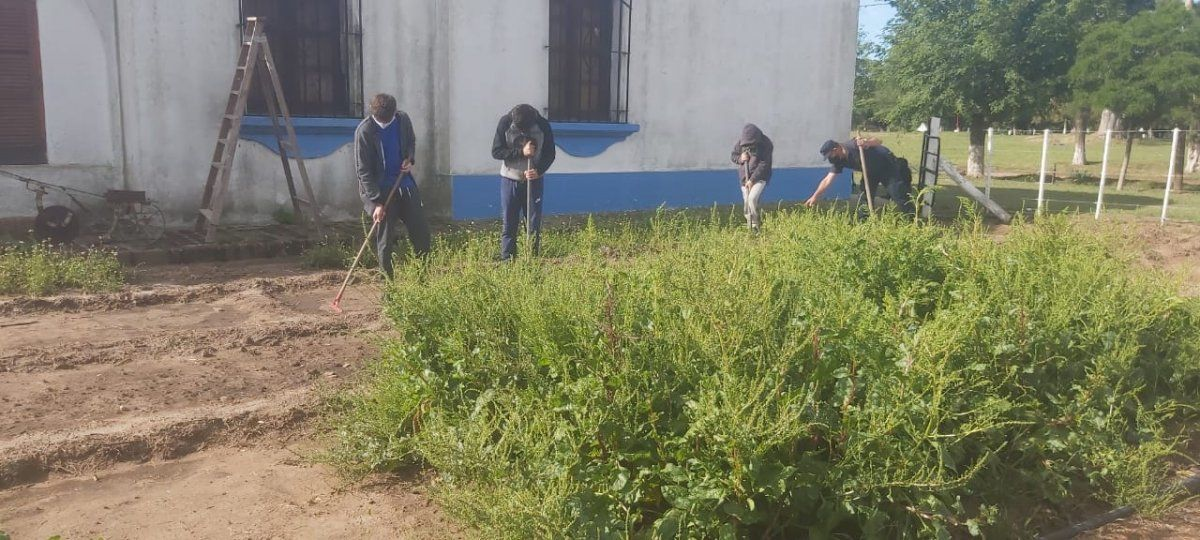 Onagoity: el policía del pueblo hizo una huerta y enseña a los chicos a sembrar