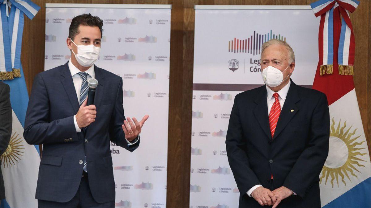 El vicegobernador Manuel Calvo distinguió la trayectoria de Pizzi.