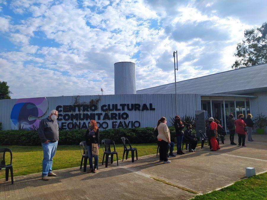 El Centro Cultural que se transformó en vacunatorio para paliar la situación. Por allí pasan miles de villamarienses.