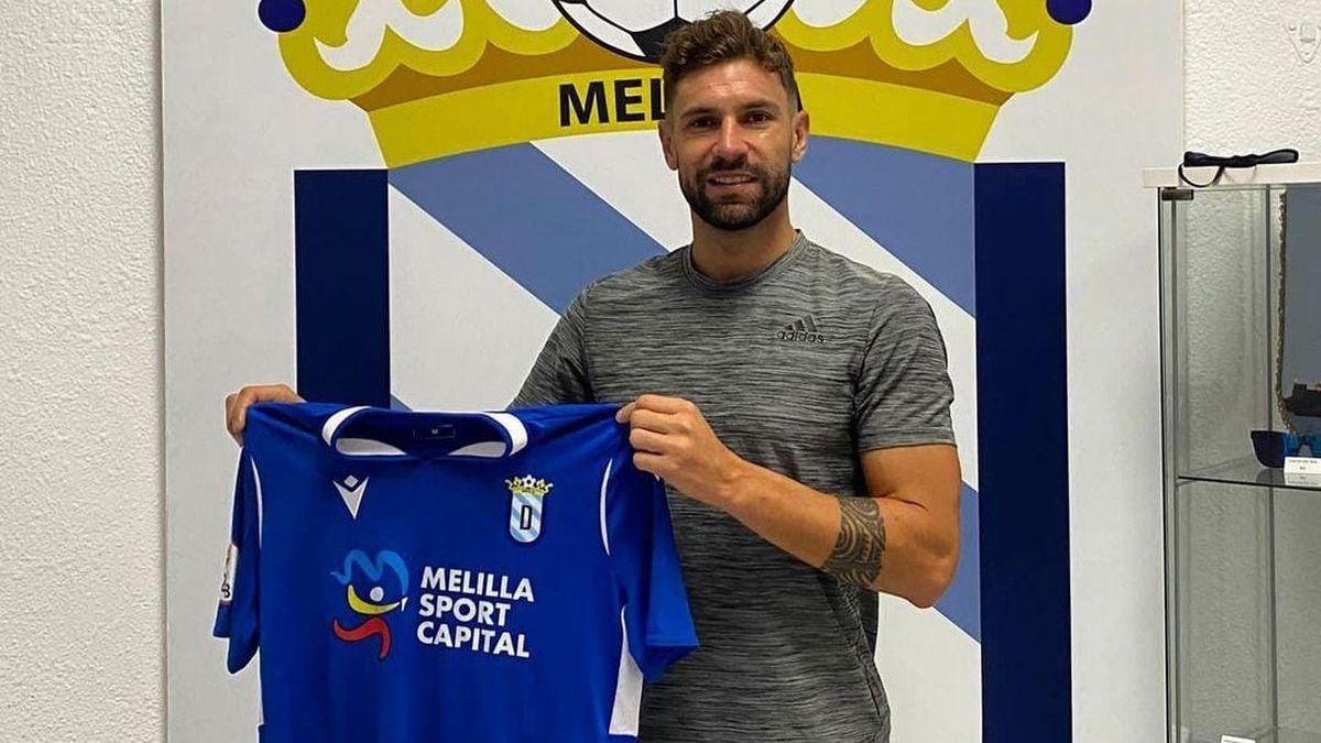 Una nueva camiseta para Delmonte. Defenderá los colores de Unión Melilla.
