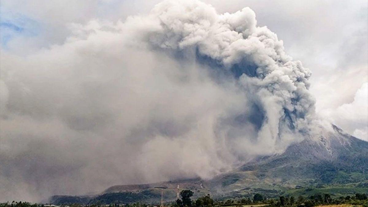 Las nubes de ceniza y humo llegaron hasta una distancia de más de 1.000 metros de la cima.