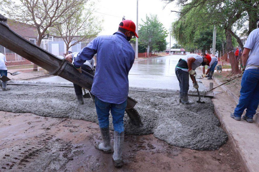 El municipio realiza la pavimentación de calle Chiclana.