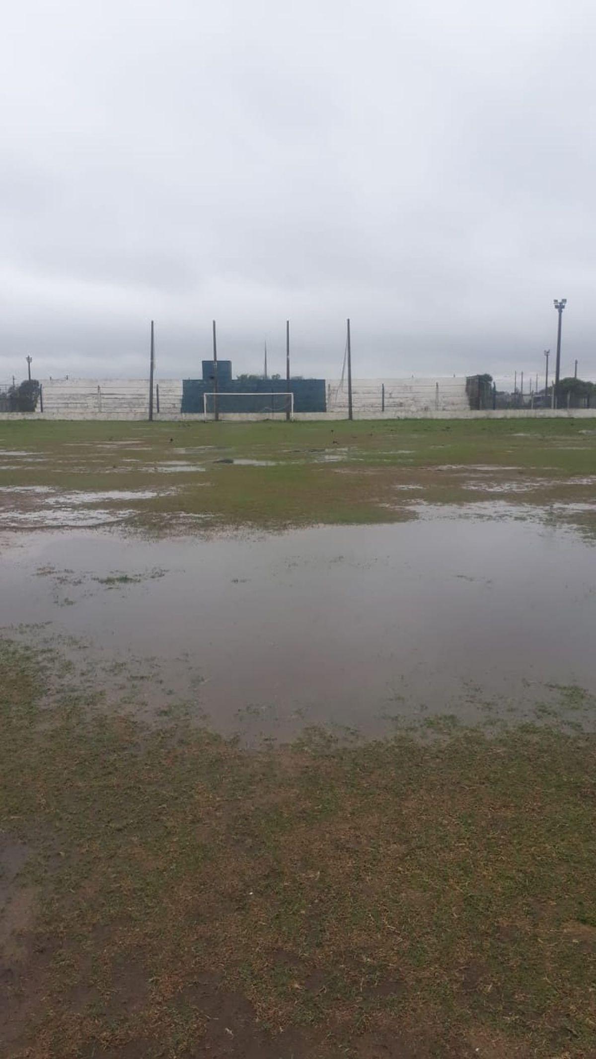 No se pudo jugar. La cancha de Deportivo Argentino estaba imposible para jugar.