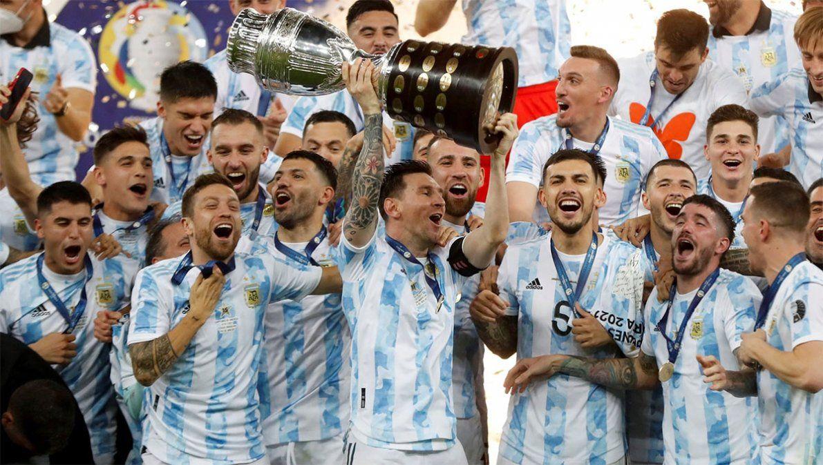 """El momento más esperado de los últimos años. Messi levantando la copa de campeón. Argentina tuvo su """"Maracanazo"""" y logró uno de los triunfos más trascendentes de su historia."""