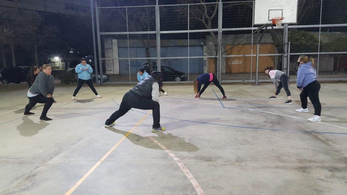 Las jugadoras entrenando en el playón del polideportivo Evans de Villa María.
