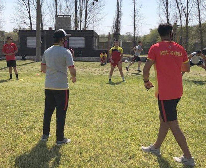 Diego Valle y su cuerpo técnico fueron los últimos en detener las prácticas. Española vuelve al Prado.