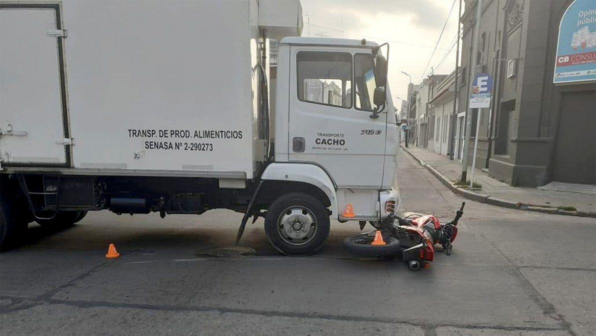 Un joven motociclista lesionado en un choque en el microcentro