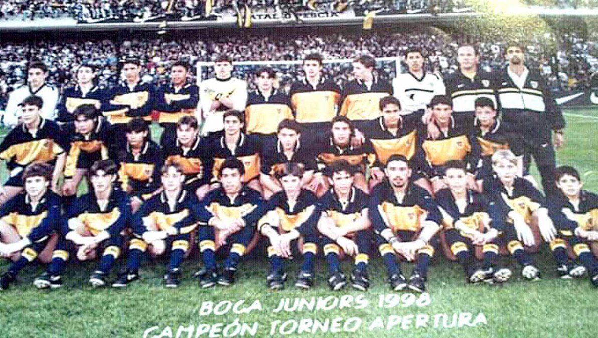 """Posando con Tevez y la clase 1984 campeona en La Bombonera. """"En la ciudad hay que formar para jugar en Primera"""
