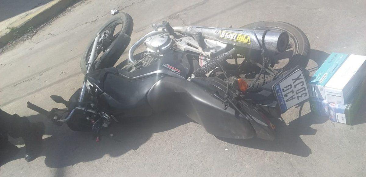 Joven quedó en grave estado tras un fuerte accidente entre una moto y una camioneta