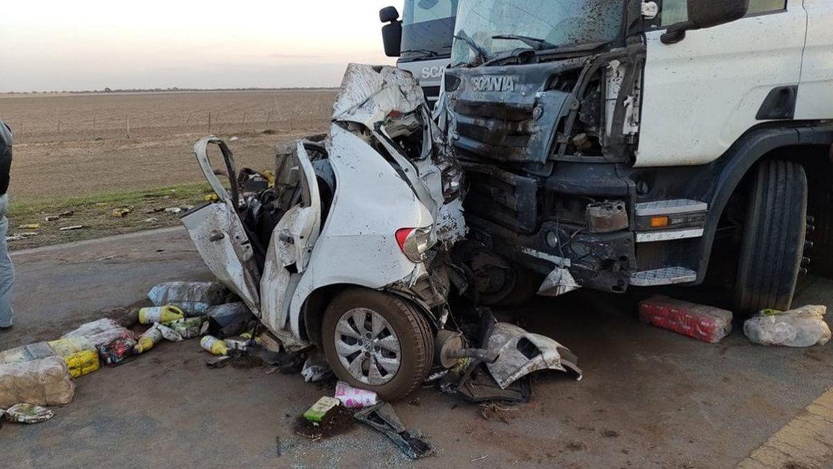 Un Gol Trend fue alcanzado por un camión y sufrió importantes daños.