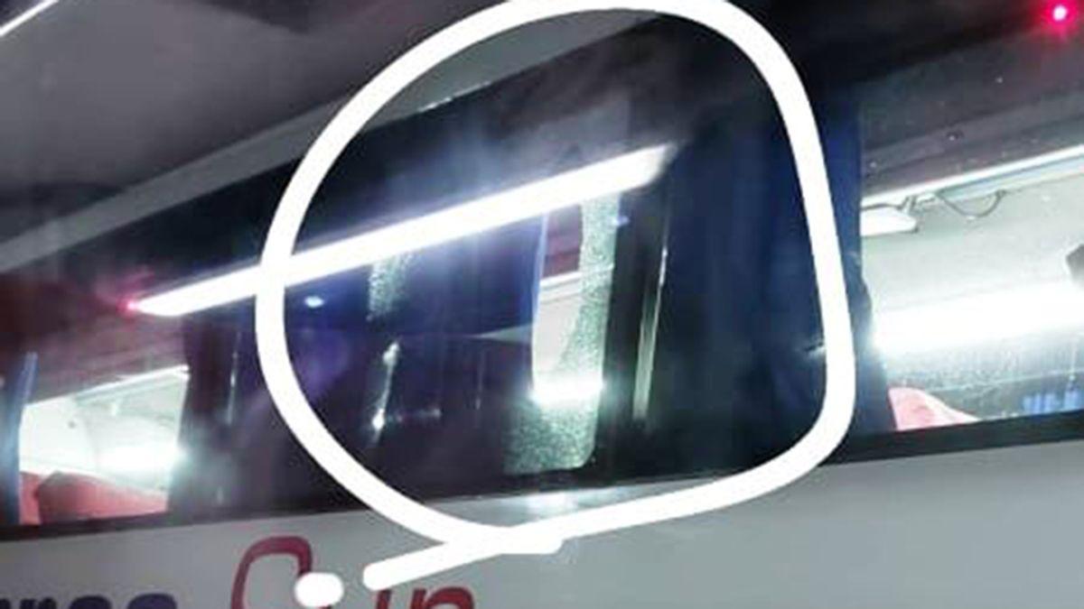 La foto con el redondeado post edición que un pasajero viralizó tras el daño al micro.