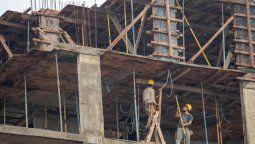 El movimiento constante de obreros de la construcción por las calles de la ciudad ya no es el mismo. La particularidad es más notoria en los proyectos inmobiliarios que se erigen en altura.