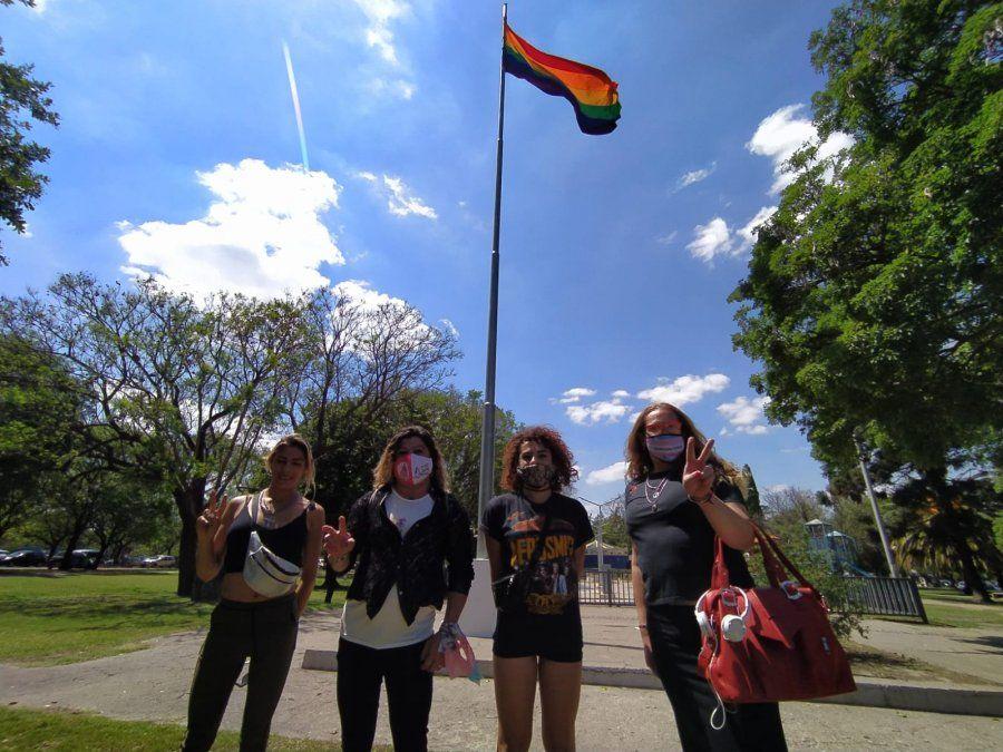 El mástil está acompañado por una placa informativa y en reconocimiento a la lucha de las diversidades.