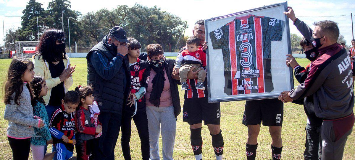 ¡Por siempre en nuestros corazones! Emociones fuertes en La Leonera. Ofrendaron un cuadro recordatorio a la familia de Diego Pedernera.