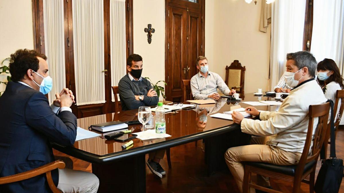 El intendente junto con el gabinete productivo.