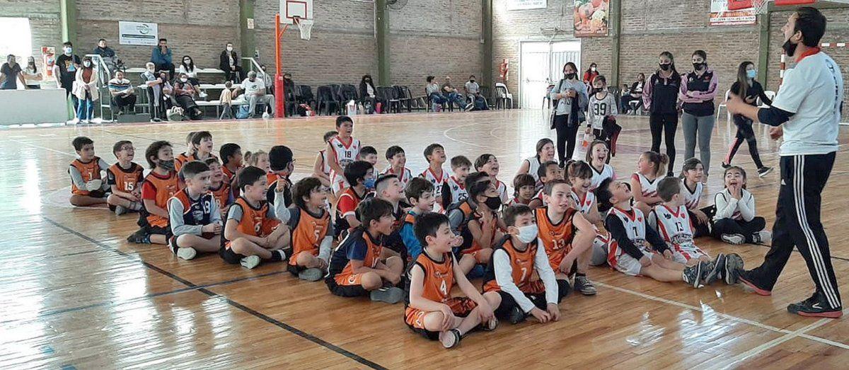 Niños felices. El domingo regresaron los encuentros de minibásquet en la ciudad y la región.