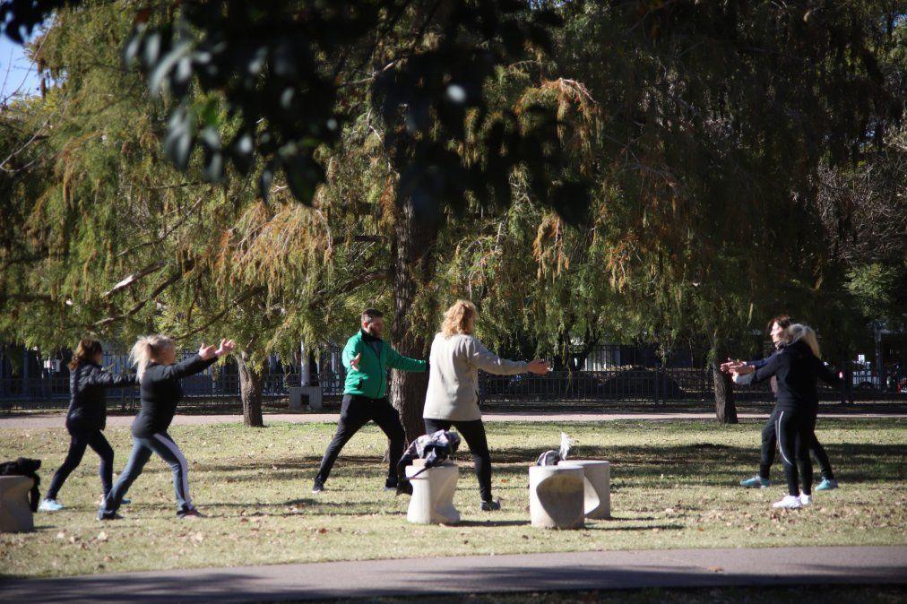 Algunos grupos de personas aprovecharon el sol para realizar ejercicios físicos. El clima acompañó.
