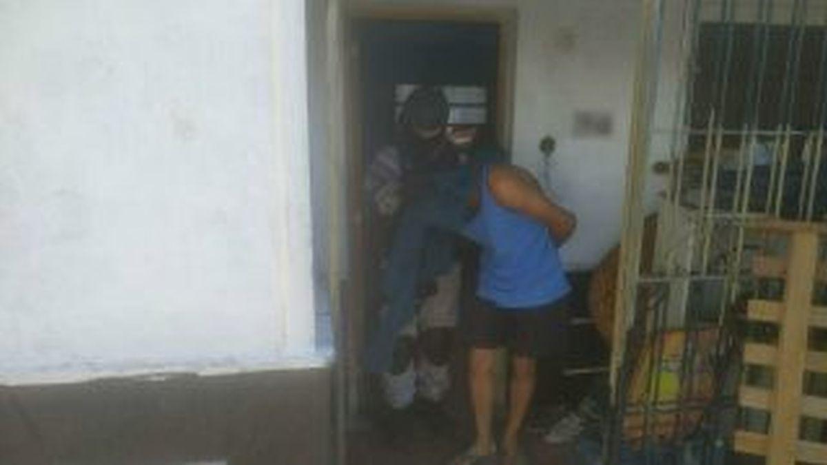 Dos jóvenes fueron arrestados tras un allanamiento en barrio San Vicente (Córdoba).