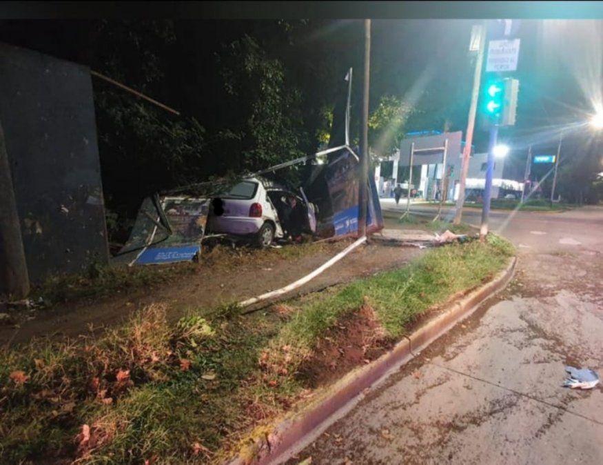 Un auto colisionó contra el cerco de una vivienda en Banda Norte