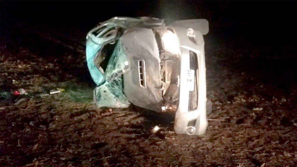 Dos muertos al volcar una camioneta en un camino rural, cerca de Río Bamba