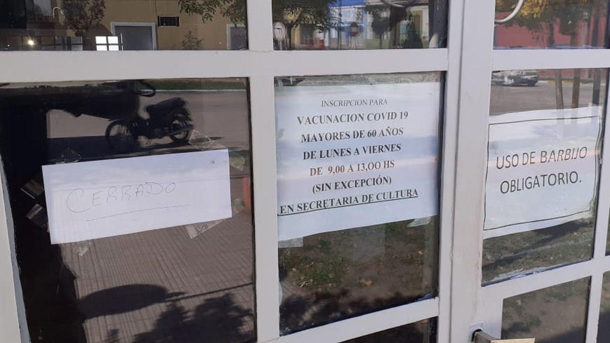 """""""Cerrado"""". Así luce el ingreso del Centro Comunitario de Huinca Renancó desde ayer"""
