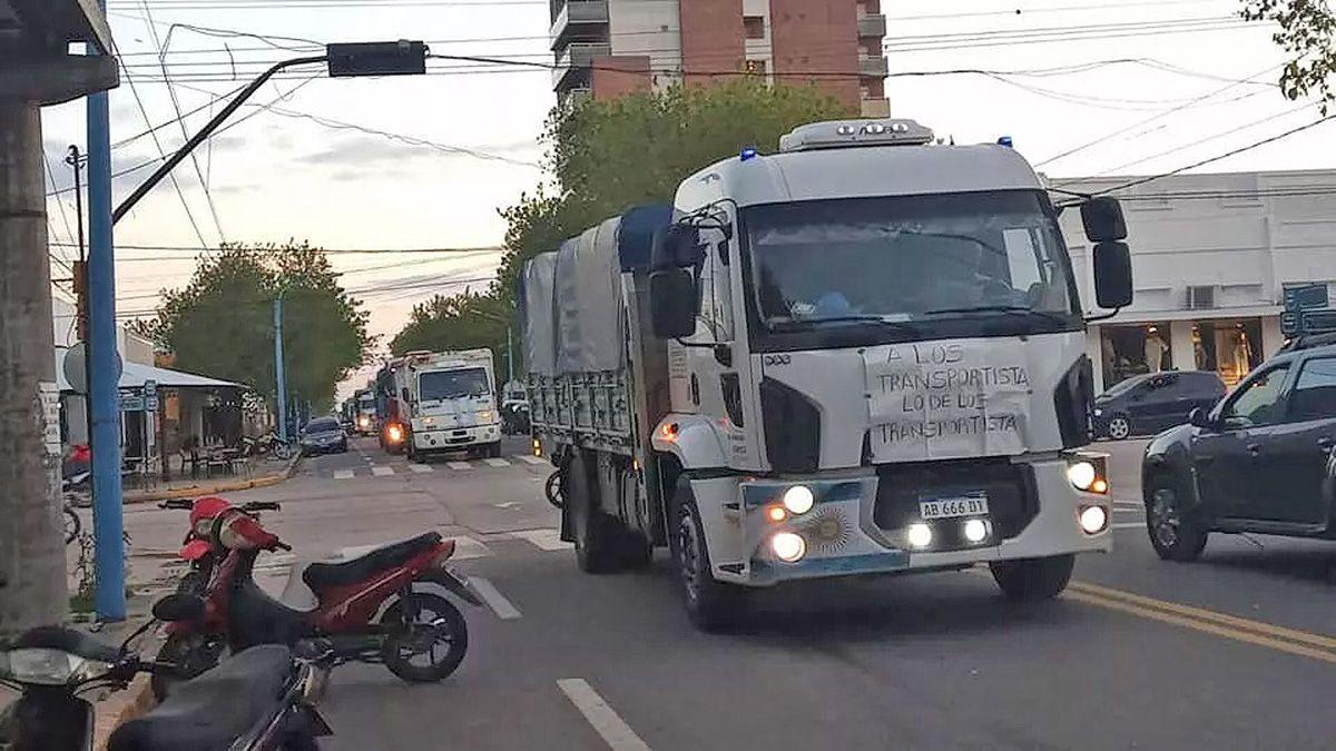 Transportistas se manifestaron en las calles de La Carlota.