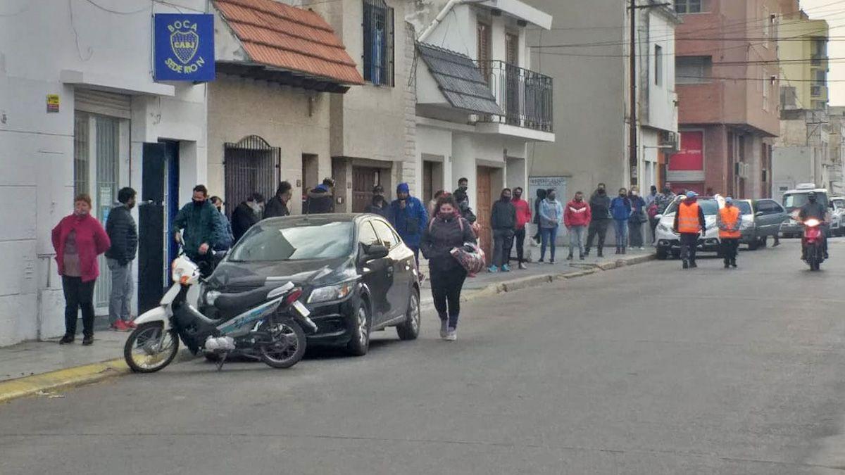 La fila que parte de Bancor por calle Pedernera