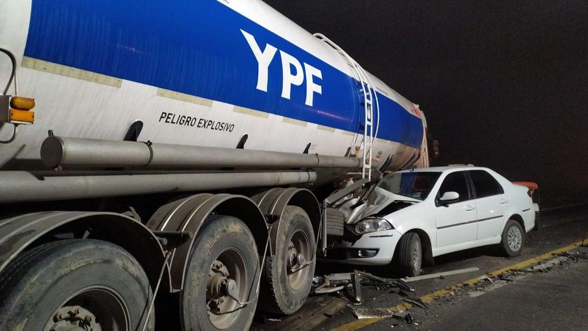 Dos automóviles y un camión estuvieron involucrados en el choque.