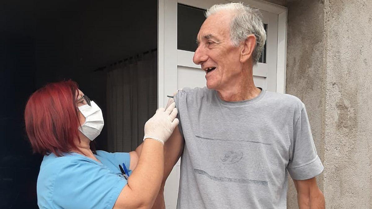 Los equipos sanitarios recorren los domicilios de adultos mayores.