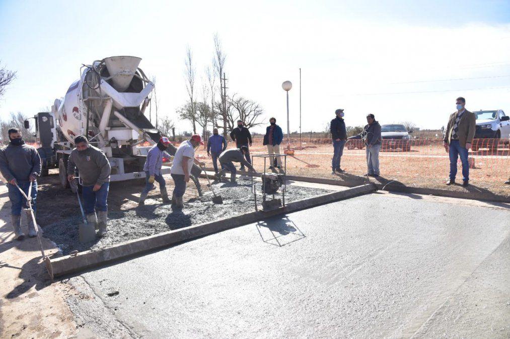 Trabajadores municipales y la pavimentación en el barrio San Nicolás.