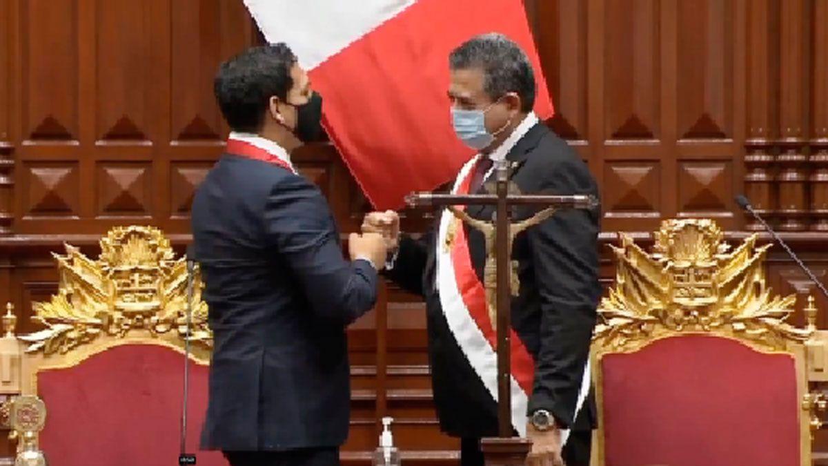 Manuel Merino juró como presidente de Perú. Su antecesor no llegó a durar tres años en el cargo.
