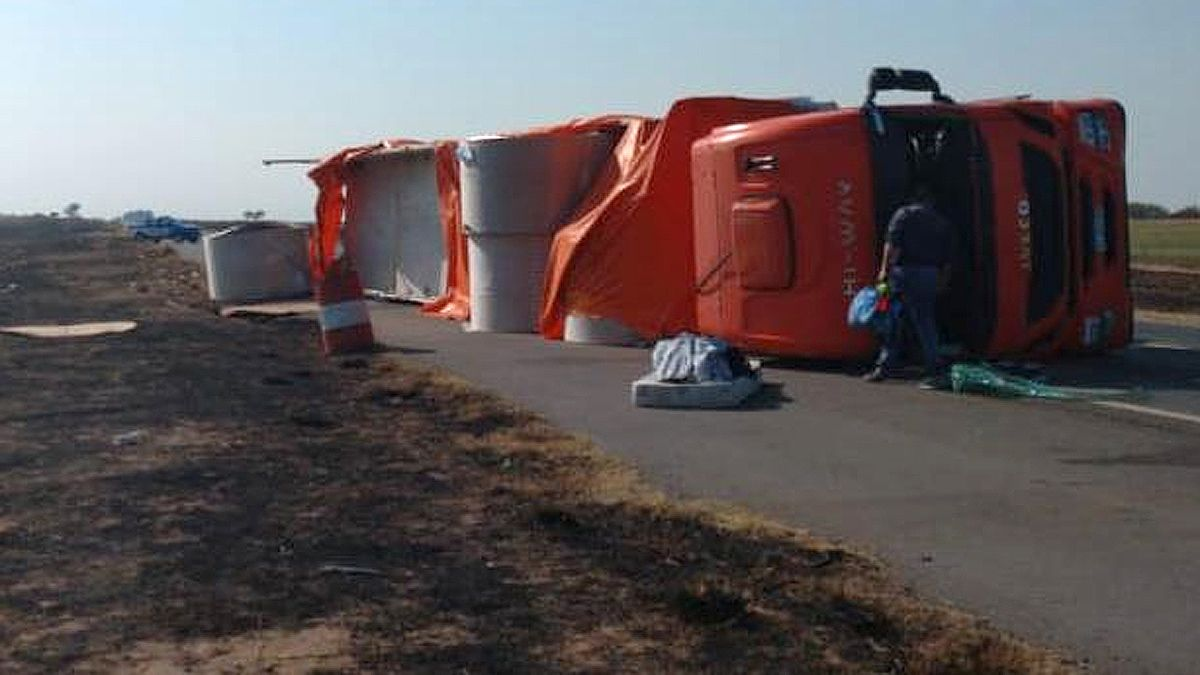 Dos camiones volcaron en accidentes en rutas de la región